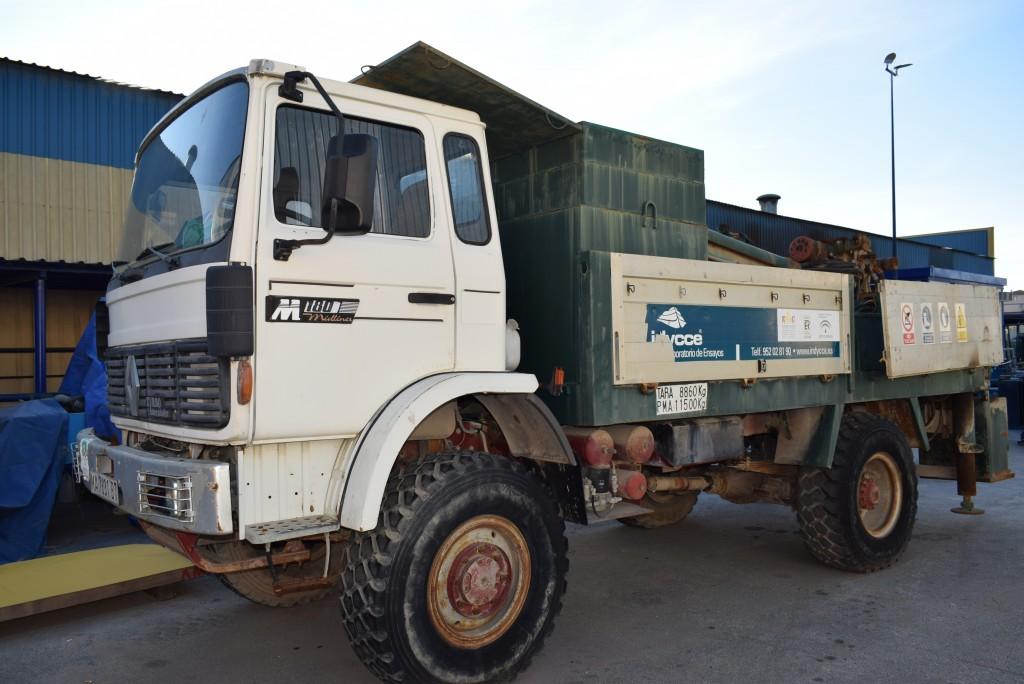 Camión Renault con equipo de perforación