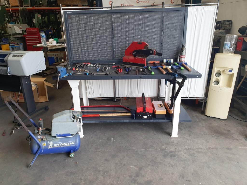 Mesa de trabajo con herramientas, Cizalla y compresor michelin