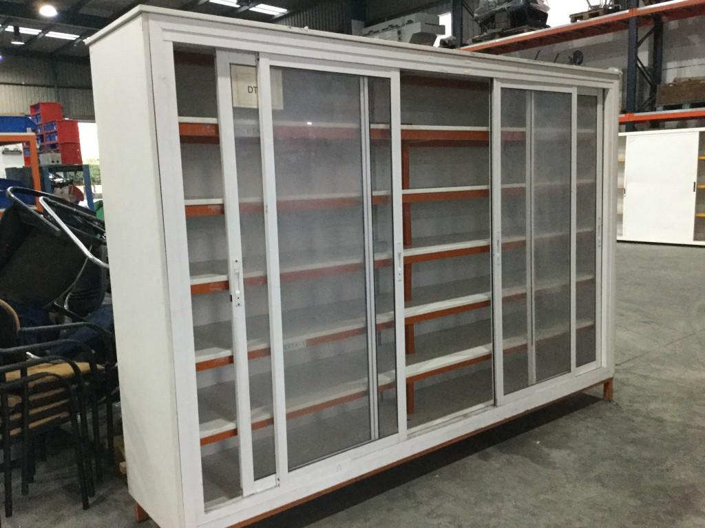 Armario de Aluminio y madera con puertas de corredera transparentes