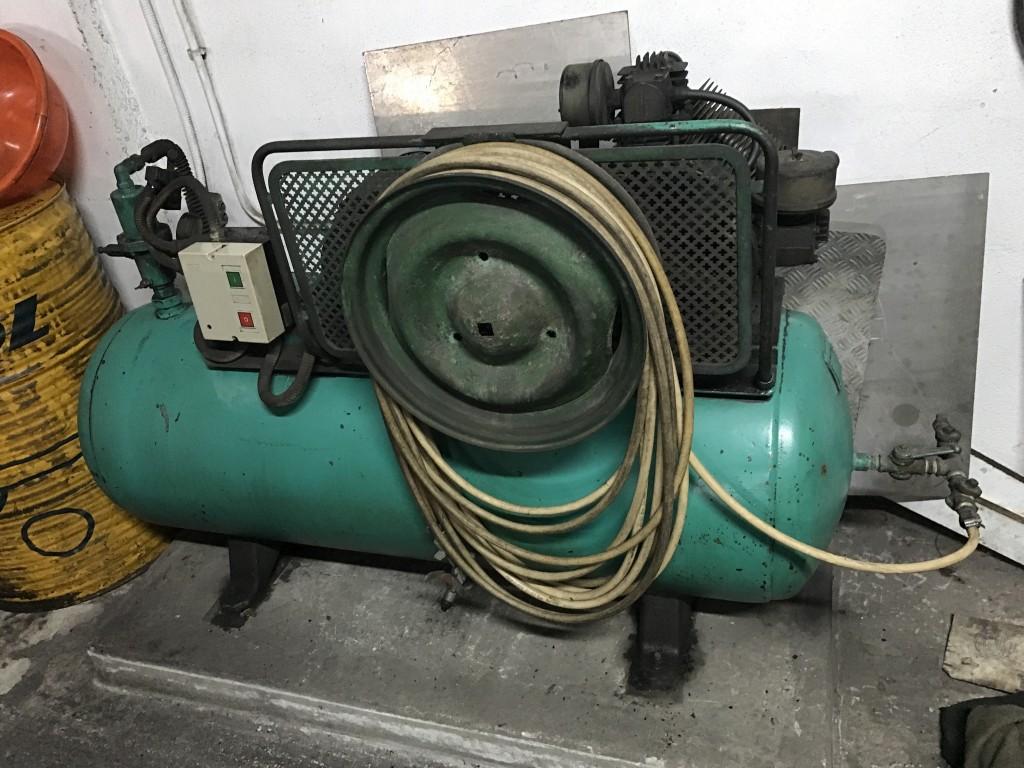 Compresor de pistones 5,5 cv - 300 litros