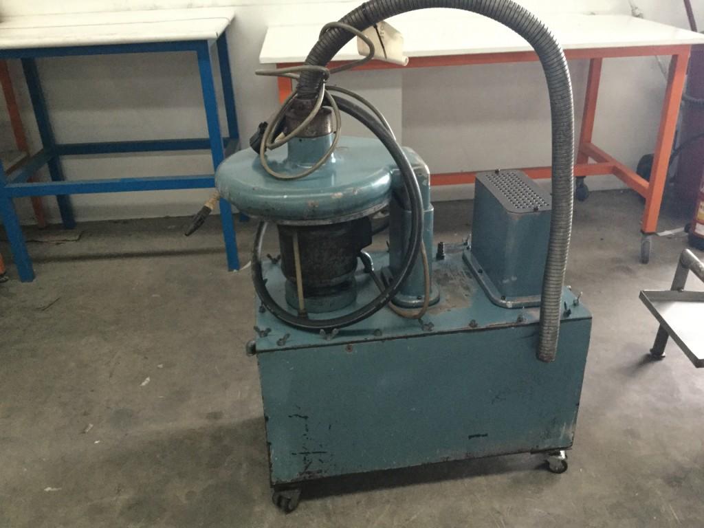 Equipo con bomba y deposito para pulverizacion de aceites y taladrinas